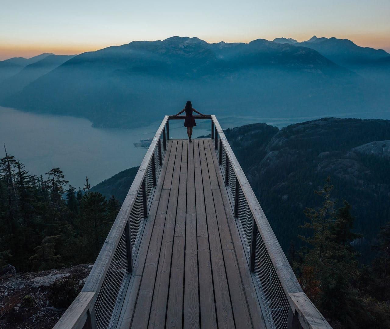 foto di Andy Vu da <a href='https://www.pexels.com/it-it/foto/alba-montagne-cielo-persona-3217936/' target='_blank'>Pexels</a>
