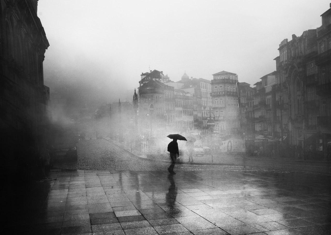foto di João Cabral da <a href='https://www.pexels.com/it-it/foto/bianco-e-nero-citta-alba-paesaggio-3299386/' target='_blank'>Pexels</a>