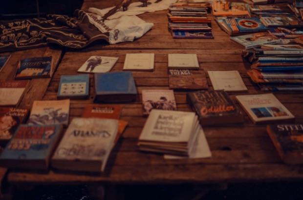 foto di Ekrulila da <a href='https://www.pexels.com/it-it/foto/scrivania-vintage-tavolo-pila-3804409/' target='_blank'>Pexels</a>