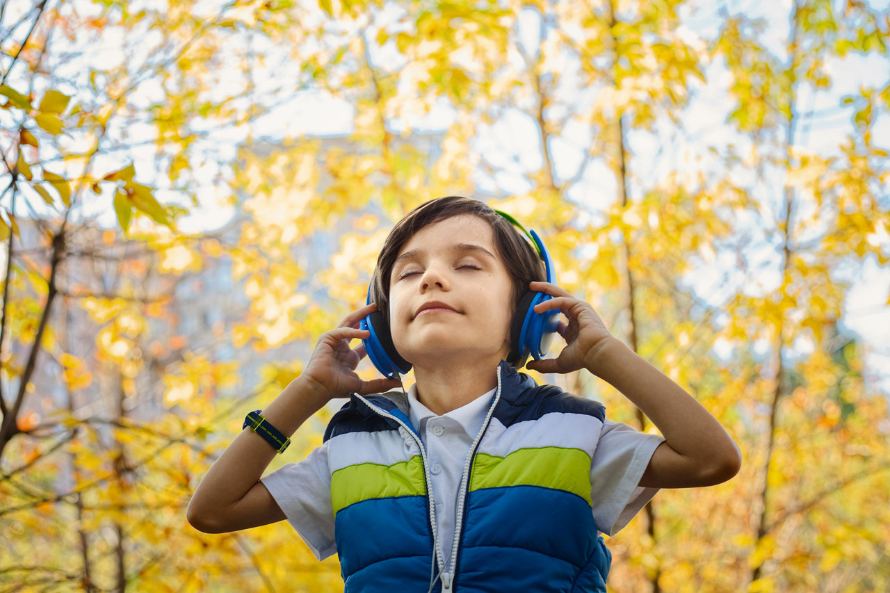 foto di Jonas Mohamadi da <a href='https://www.pexels.com/it-it/foto/alberi-ascoltando-ascoltare-bambino-1490844/' target='_blank'>Pexels</a>